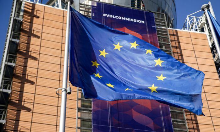 브뤼셀 유럽위원회 본부 앞 유럽연합(EU)의 깃발. 2019. 12. 3. | ARIS OIKONOMOU/AFP via Getty Images