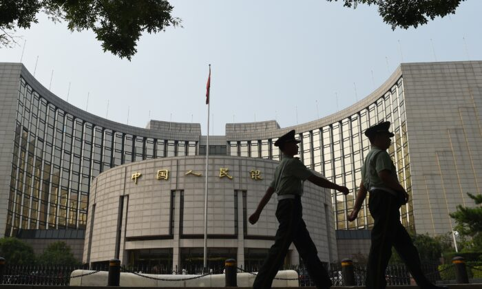 베이징 인민 은행 앞에서 순찰 중인 공안들. 2015. 7. 8. | Greg Baker/AFP/Getty Images