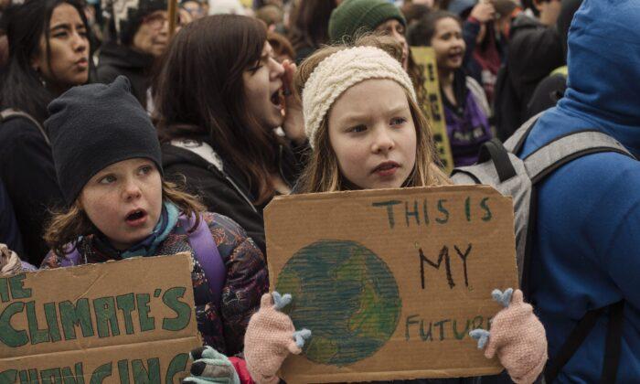 에드먼턴에서 열린 기후변화 시위에 참가한 학생들. 학생들이 스스로 생각하도록 만드는 건 교육이지만, 학생들이 '우리'처럼 생각하게 만들면 주입이다. 2019.9.27.   THE CANADIAN PRESS/Amber Bracken
