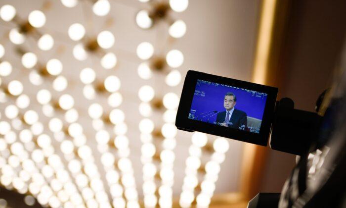 베이징에서 열린 전국인민대표대회 기자회견에서 왕이 중국 외교부장이 질문에 답하는 모습이 카메라 모니터에 포착됐다. 2019. 3. 8.   WANG ZHAO/AFP via Getty Images