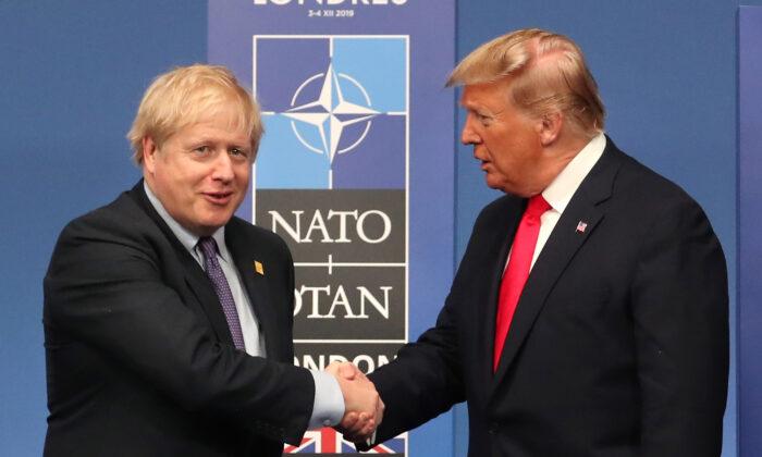 영국 왓퍼드에서 열린 NATO 연례 정상회의 무대 위에서 도널드 트럼프 미국 대통령과 보리스 존슨 영국 총리가 악수하고 있다. 2019. 12. 4. | Steve Parsons-WPA Pool/Getty Images