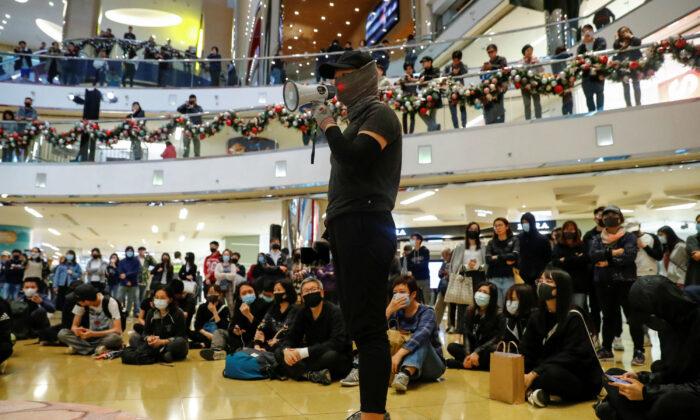 홍콩 타이구 쇼핑몰에서 시위 중에 한 시위자가 연설하고 있다. 2019. 12. 15. | Reuters/Thomas Peter=Yonhapnews(연합뉴스)
