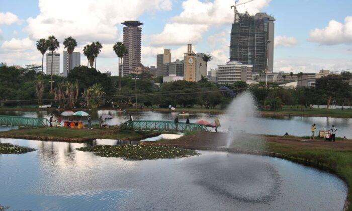 케냐 나이로비 센트럴 비즈니스 지구와 인접한 우후루 공원의 인공호수. 중국 회사에 공원을 통과하는 고가 고속도로 건설 허가를 내주려던 계획은 대중의 항의로 보류됐다. 2019. 11. 13. | Dominic Kirui for The Epoch Times