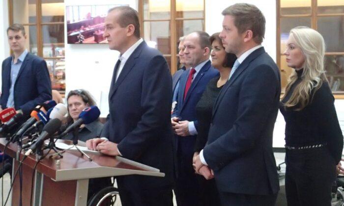 KDU-ČSL(기독교 민주 연합 체코슬로바키아 인민당) 부대표 비트 칸코브스키가 체코 의회에서 기자회견을 하고 있다. 2019. 11. 28. | The Epoch Times
