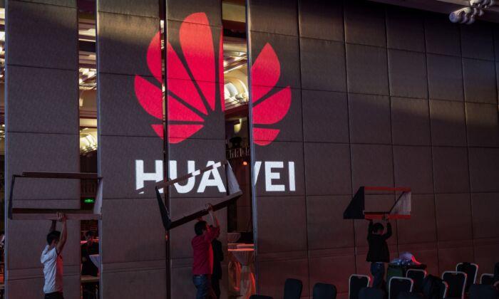 중국 선전에서 근로자들이 화웨이 HAS2019 글로벌 애널리스트 서밋 개최를 위해 준비하고 있다. 2019. 4.16. |Billy H.C. Kwok/Getty Images