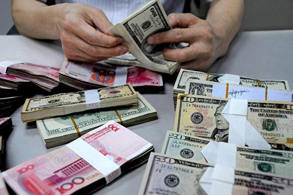 미국 온라인 금융전문 매체 제로 헤지(Zero Hedge)는 중국의 경제성장률이 6% 아래로 떨어질 것으로만 보는 것은 너무 낙관적인 견해로서, 중국경제 상황을 잘못 판단한 것이라고 지적했다. 사진은 지난해 8월 10일 장쑤성 롄윈강(連雲港)시 중국은행 지점에서 직원이 지폐를 점검하고 있다.   VCG/VCG via Getty Images