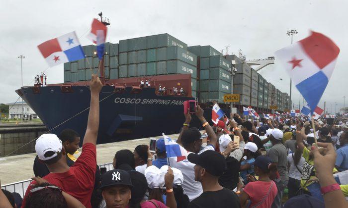 중국계 상선 코스코 해운 파나마호가 파나마 운하 확장 개통 당시 새 아구아 클라라 록스를 건너고 있다. 중국은 이 지역에서 미국의 영향력을 대체하기 위한 노력을 계속하고 있으며, 이미 파나마 운하의 일부를 통제하에 두었다.   Rodrigo Arangua/AFP/Getty Images