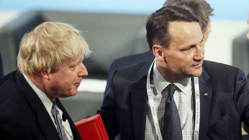보리스 존슨 총리와 라도스와프 시코르스키 유럽의회 의원. 2017.2.17 | Johannes Simon/Getty ImagesSimon/Getty Images