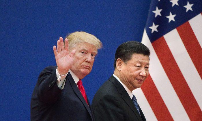 도널드 트럼프 미국 대통령과 시진핑 중국 공산당 총서기가 베이징 인민대회당에서 나란히 걷고 있다. | Nicolas Asfouri/AFP/Getty Images