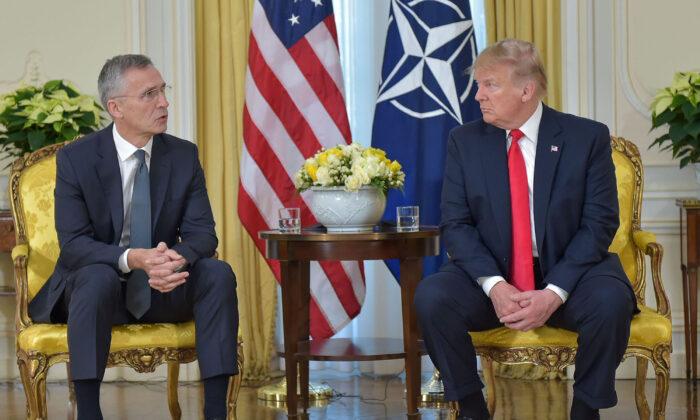 영국 왓퍼드 NATO 본부에서 정상회담을 앞두고 옌스 스톨텐베르그 NATO 사무총장과 도널드 트럼프 미국 대통령이 대화하고 있다. 2019. 12. 3. | Photo by NATO handout via Getty Images