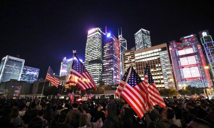 홍콩 에든버러 광장에 모인 시위대가 미국 국기를 흔들고 있다. 2019. 11. 28.   Vincent Thian/AP Photo=Yonhapnews(연합뉴스)