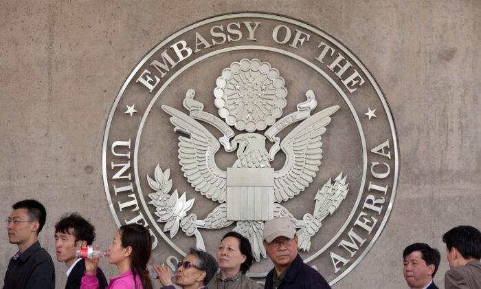 중국 베이징 미국 대사관 밖에서 사람들이 줄을 서있다. 2012. 4. 27.   Ed Jones/AFP/GettyImages