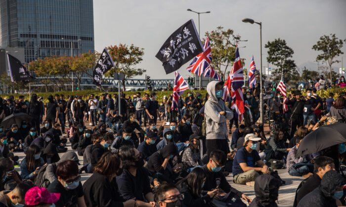 민주화 시위대가 홍콩 센트럴 지역 에든버러 플레이스 집회에 참석하고 있다. 2020. 1. 12. | DALE DE LA REY/AFP via Getty Images