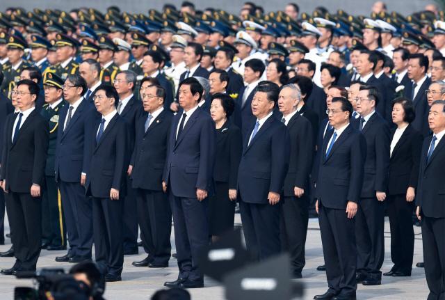 지난해 중국 공산당지도부가 정권 수립 70주년을 하루 앞둔 9월 30일 톈안먼 광장에서 열린 열사 기념식에 참석해 의용군 행진곡을 부르고 있다. | 베이징=AFP연합뉴스