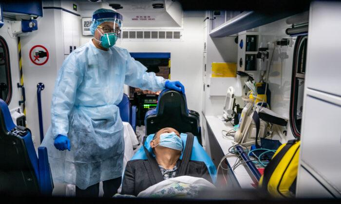 한 환자가 구급차에 실려 콰이청 프린세스 마가렛 병원으로 이송된다. 2020. 1. 22. | Anthony Kwan/Getty Images