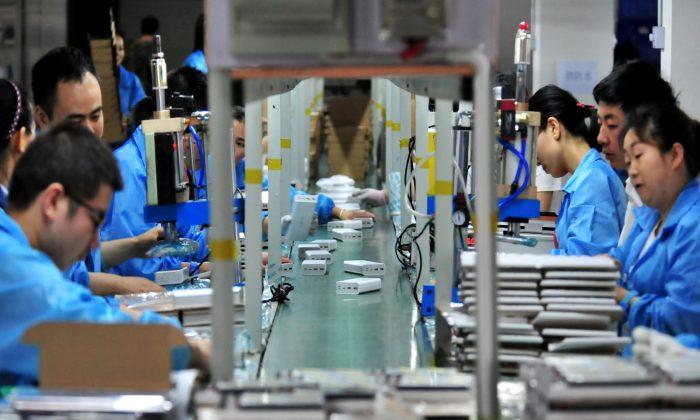 중국 후베이성 이창의 한 공장 리튬 배터리 생산라인에서 직원들이 일하고 있다. 2019. 5. 28.   Reuters=연합뉴스