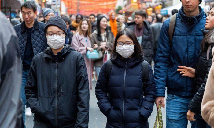 런던의 차이나타운에서 보행자들이 마스크를 쓰고 있는 모습. 2020. 1. 25. | Niklas Halle'n/AFP via Getty Images