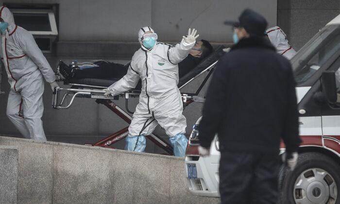 의료진이 중국 우한시 진인탄 병원으로 환자를 이송하고 있다. 2020.1.17.   Getty Images