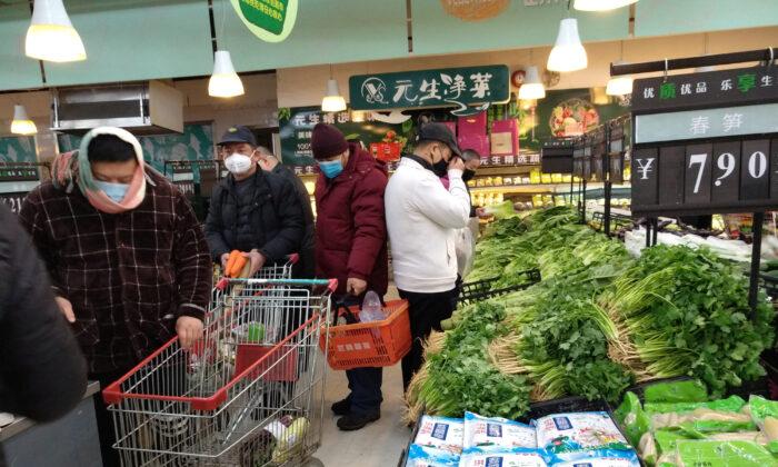 신종 코로나바이러스 발원지인 중국 후베이성 우한시에서 중국 설 이틀째 날 마스크를 쓴 사람들이 슈퍼마켓에서 장을 보고 있다. 2020. 1. 26. | Reuters=연합뉴스