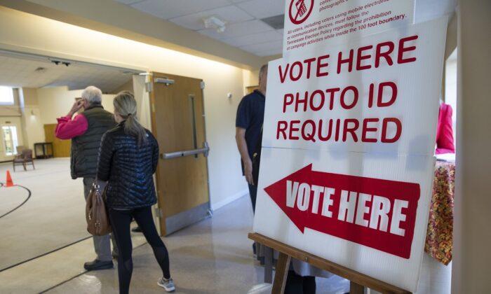 테네시주 내슈빌 힐즈보로 장로교회 투표소에 투표하려면 사진이 들어간 신분증이 필요하다고 알리는 표지판. 2018. 11. 6. | Drew Anger/Getty Images