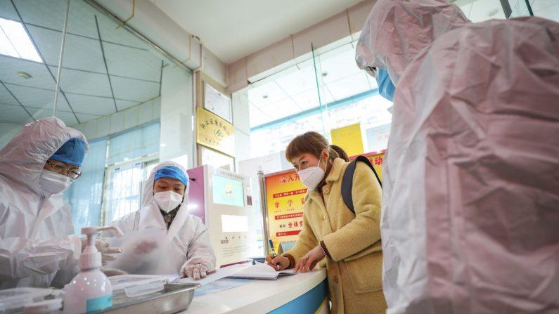 2020년 1월 27일 우한 시 지역 보건소에서 신종 코로나바이러스 의심 환자가 상담받고 있다. | AP=연합뉴스