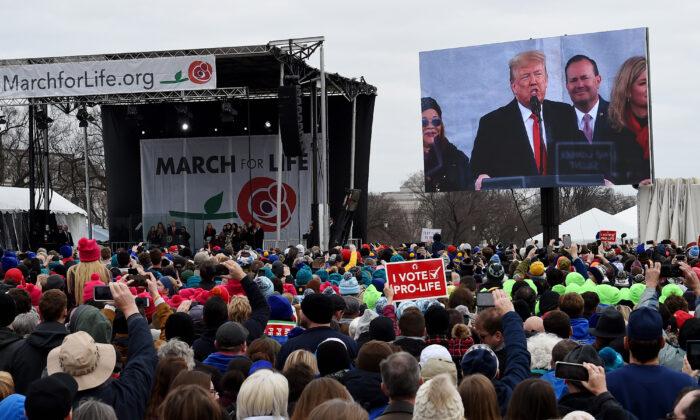 워싱턴에서 열린 제47회 '생명을 위한 행진'에서 낙태 반대를 주장하는 시위대가 도널드 트럼프 미국 대통령의 연설을 듣고 있다. 2020. 1. 24.   Olivier Douliery/AFP via Getty Images