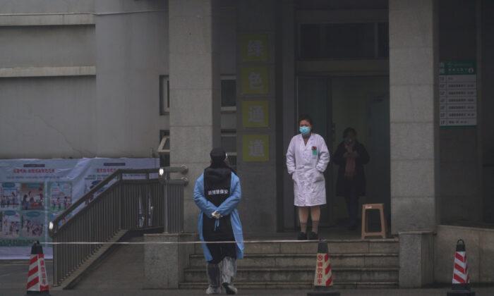 중국 후베이성 우한시의 '우한 병원' 응급실 입구에 병원 직원들이 이동하고 있다. 2020. 1.22. Dake Kang/AP=연합뉴스