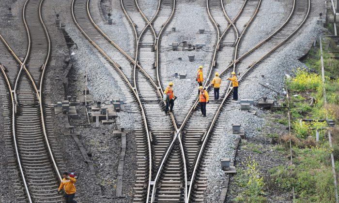 중국 쓰촨(四川)성 다저우(大州) 기차역에서 충칭(重慶)~두이스부르크(都城)를 잇는 일대일로 화물철도 노선의 일부인 철도 선로를 근로자들이 시찰하고 있다. 2019. 3.14. | Reuters=연합뉴스