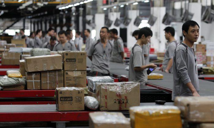 중국 최대규모 선전의 한 택배회사(선전 S.F. Express)에서 작업하는 근로자들. 2013. 11. 11. | ChinaFotoPress via Getty Images