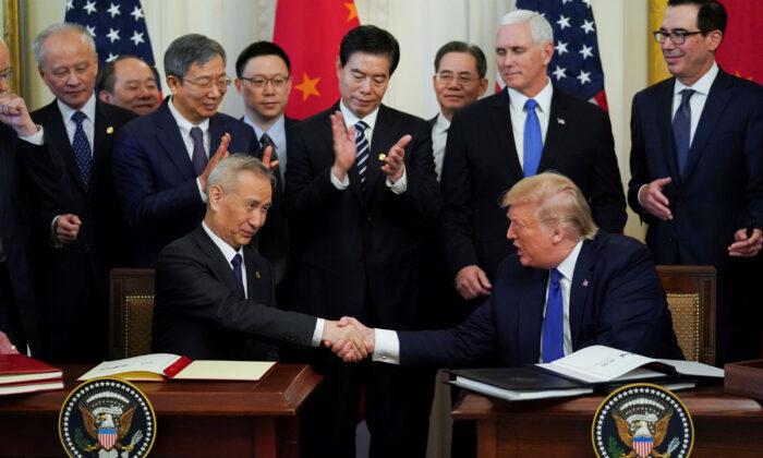 미국 워싱턴 백악관 이스트룸에서 류허 중국 부총리와 도널드 트럼프 미국 대통령이 미중 1단계무역 합의문에 서명한 뒤 악수하고 있다. 2020. 1. 15. | Reuters=연합뉴스