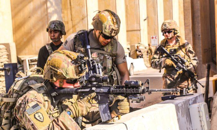 이라크 바그다드 제3 연합 전방 작전기지에서 이라크 테스크 포스(TF)에 참여한 미 1여단, 25사단 소속 기동부대인 미군 병사들이 방어 태세를 하고 있다. 2019.12.31.  U.S. Army/Staff Sgt. Desmond Cassell/Task Force-Iraq Public Affairs/Handout via Reuters=연합뉴스