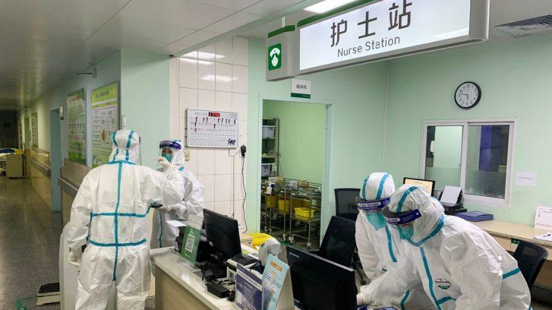 신종 코로나바이러스(2019-nCoV) 감염에 따른 폐렴이 처음 발생한 후베이성 성도 우한의 중난병원에서 22일 방호복을 입은 의료진이 뭔가 얘기를 나누거나 의료기록을 살펴보고 있다.   우한 AFP=연합뉴스