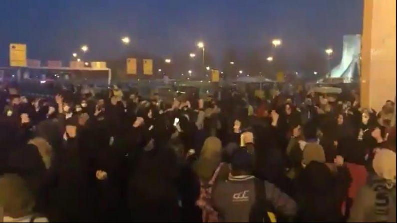 12일 저녁 테헤란 아자디 광장으로 향하는 시민들 | 테헤란=연합뉴스