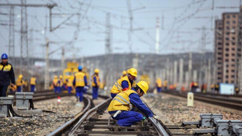 2019년 3월 19일 중국 내몽골 울란카브의 한 철도 건설현장에서 노동자들이 일하고 있다. 중국은 2019년 인프라 사업 관련 예산을 대폭 늘렸다 | STR/AFP/Getty Images