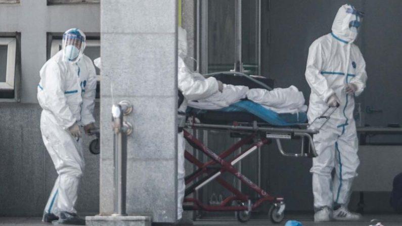우한에서 의료진이 신종 코로나바이러스 감염환자를 이송하고 있다. 2020.1.18   STR/AFP=연합뉴스