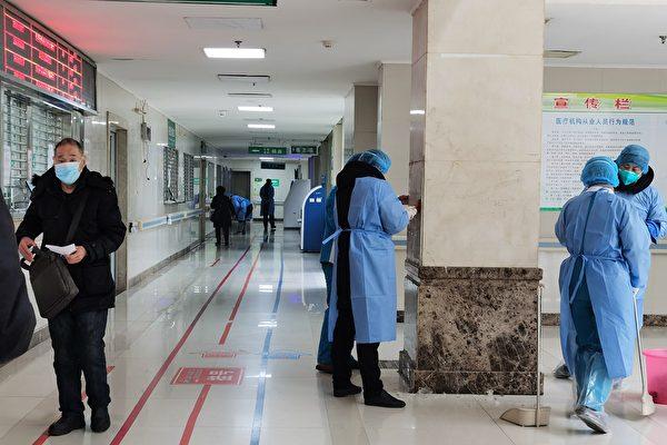 의료 근무 1월 24일에 중국 우한의 한 병원을 소독하다.   Xiao Chu/Getty Imges