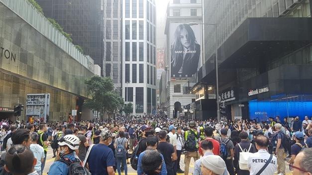 14일 홍콩의 금융 중심가인 도심 센트럴에서 시민들이 '점심 시위'를 벌이고 있다. | 연합뉴스