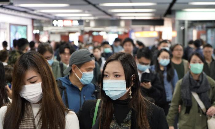 홍콩 지하철역에서 신종 코로나바이러스 발생을 막기 위해 마스크를 착용한 승객들. 2020. 1. 22.   Kin Cheung/AP Photo=연합뉴스