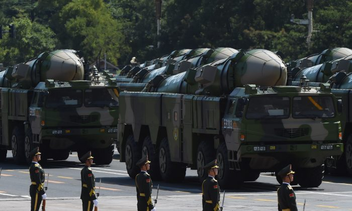 베이징 톈안먼 광장 열병식에서 DF-21D 미사일을 실은 군용 차량들이 이동하고 있다. 2015. 9. 3.   Greg Baker/AFP/Getty Images