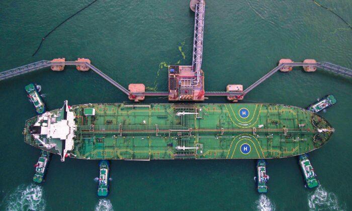 중국 산둥성 칭다오 항구에서 예인선이 유조선을 정박시키고 있는 모습이 항공 촬영됐다. 2019. 08. 04. |STR/AFP via Getty Images