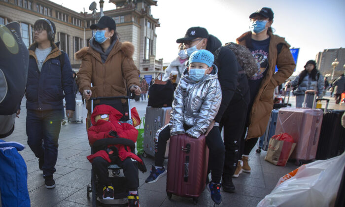 베이징(北京) 철도역 외곽을 걸으며 여행객들이 마스크를 쓰고 있다. 2020. 1.20.   Mark Schiefelbein/AP=연합뉴스