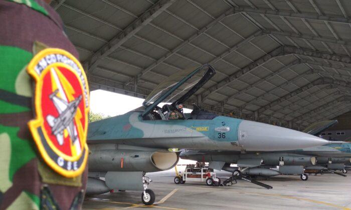 인도네시아 공군 조종사가 리아우 주 페칸바루 공군기지에서 F-16 이륙 준비를 하고 있다. 인도네시아 군 당국은 분쟁 중인 남중국해 인근 여러 섬에 전투기와 군함을 배치했다고 8일(현지시간) 밝혔다. 2020. 1. 7. STR/AFP via Getty Images
