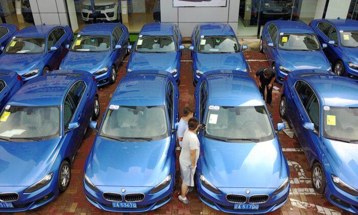 중국 동북부 랴오닝성 선양의 한 차량 공유 업체에서 사람들이 BMW 1시리즈 차량을 살펴보고 있다. 2017. 08. 10. | STR/AFP=연합뉴스
