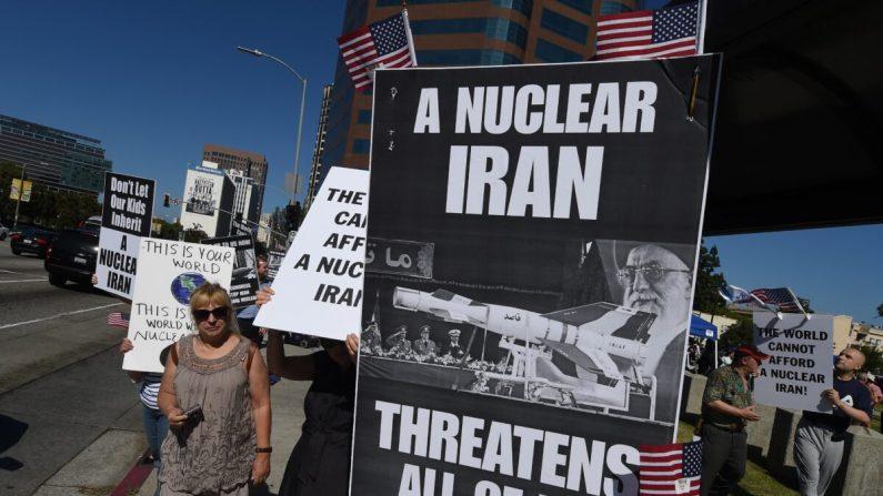 2015년 7월 26일 미국 로스앤젤레스 연방 청사 앞에서 '스탠드 위드 어스(Stand With Us)' 단체 회원들이 이란 핵협정 제안을 거부하는 집회를 열고 있다 | AFP=연합뉴스