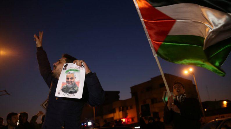 한 남성이 2020년 1월 8일 이란이 이라크 주둔 미군 기지를 미사일로 공격하자, 이란 수도 테헤란 거리로 나와 카셈 솔레이마니 장군의 사진을 손에 들고 환호하고 있다.   REUTERS=연합뉴스
