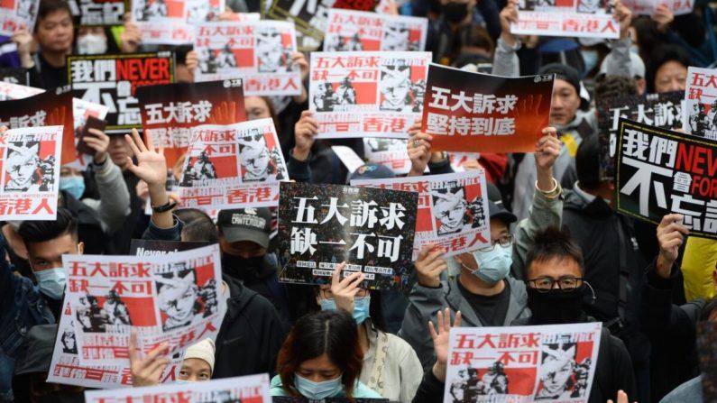 '5대 요구사항을 하나도 빼놓을 수 없다'는 푯말을 든 홍콩 시위대 2020.1.1. | 에포크타임스