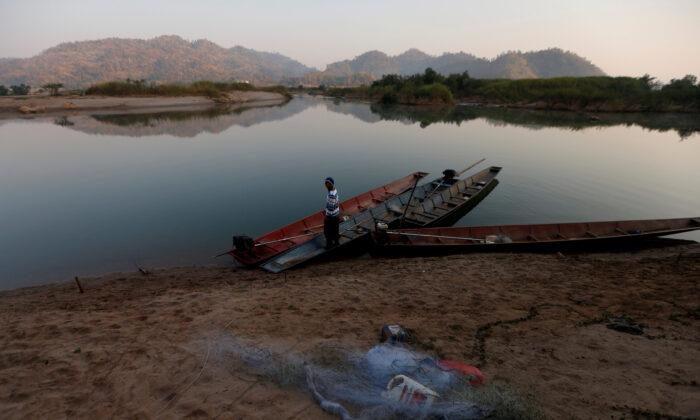 태국 농카이 외곽 메콩강 둑에 어부가 보인다. 2020. 1. 10. | Soe Zeya Tun/Reuters=연합뉴스