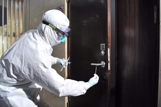 [좌] 문 손잡이에서 바이러스 검출 여부 등을 확인하고 있는 중국 방역당국 관계자   광저우일보 화면 캡처