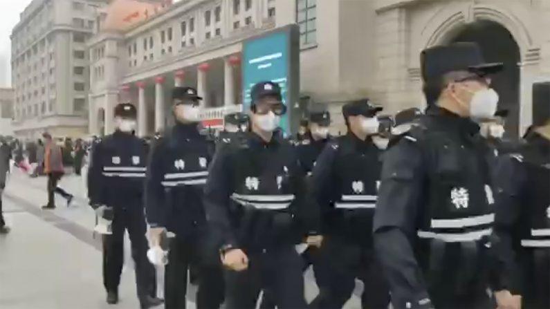 우한 폐렴 진원지 등 인근 도시 봉쇄한 중국 경찰 | AP=연합뉴스