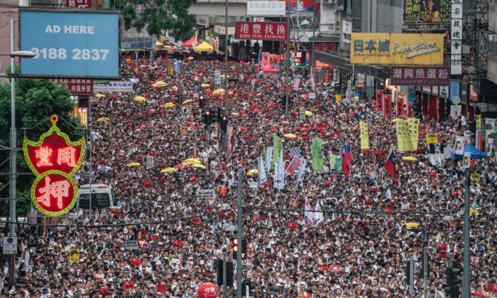 범죄인 인도법안 반대 집회 도중 거리에서 행진하는 홍콩 시위대. 2019. 6. 9. | Anthony Kwan/Getty Images
